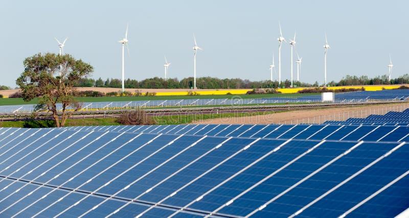 Turbine di vento e pianta fotovoltaica immagine stock