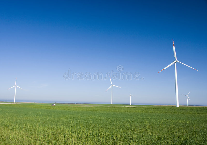 Turbine di vento nel campo verde immagini stock