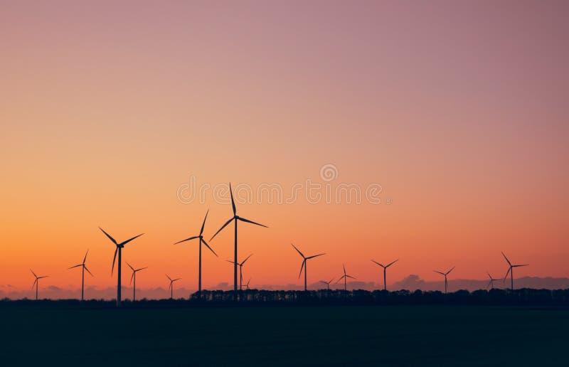 turbine eoliche contro il cielo di tramonto Parco Eolico Eco-azienda di produzione di energia pulita immagini stock