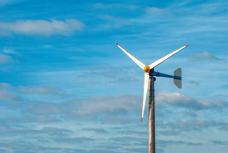 Turbine et ciel bleu image stock