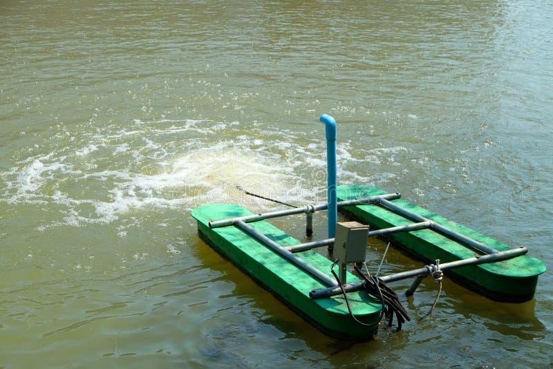 Turbine hydraulique ajoutant l'oxygène dans l'eau pour les animaux aquatiques images stock