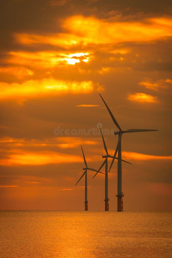 Turbine van de zonsondergang de Zeewind in een Windlandbouwbedrijf in aanbouw royalty-vrije stock afbeelding