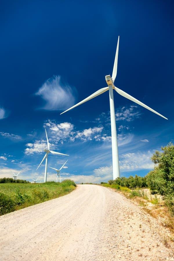 Turbiner för vindgenerator i det verkliga landskapet - energibegrepp arkivbild