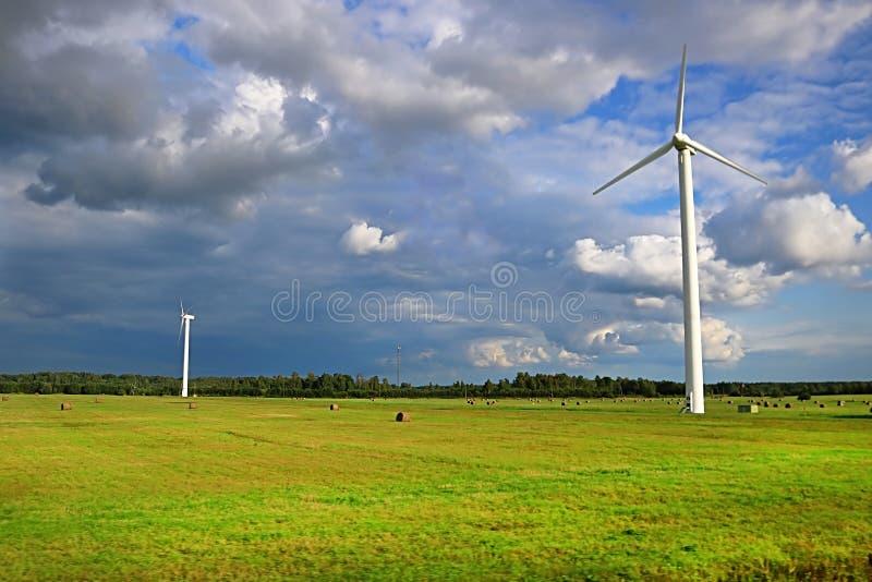 Turbiner för vindgeneratorer på sommarlandskap fotografering för bildbyråer