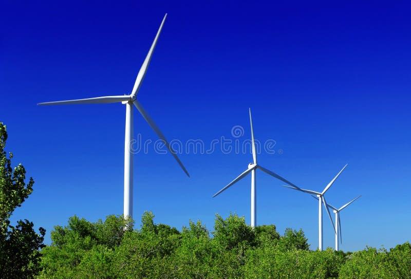 turbines éoliennes dans un champ naturel image libre de droits