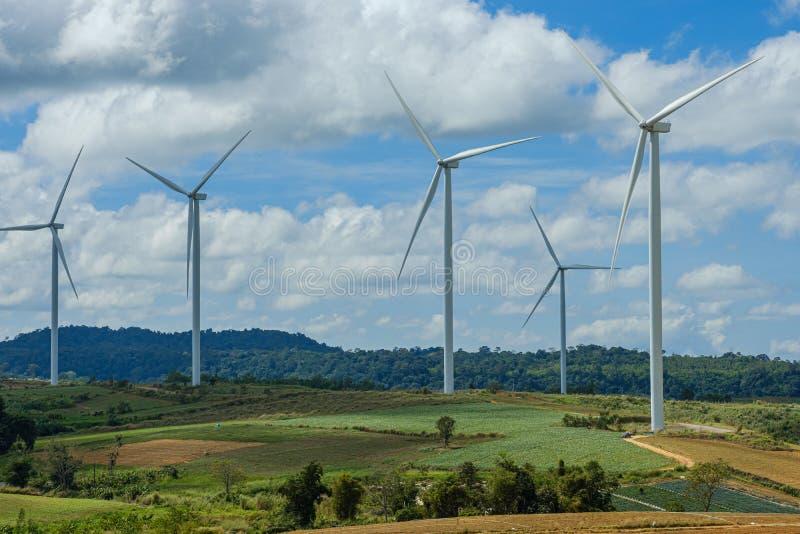 turbines éoliennes générant de l'électricité avec l'énergie éolienne pour l'environnement, énergie propre photographie stock