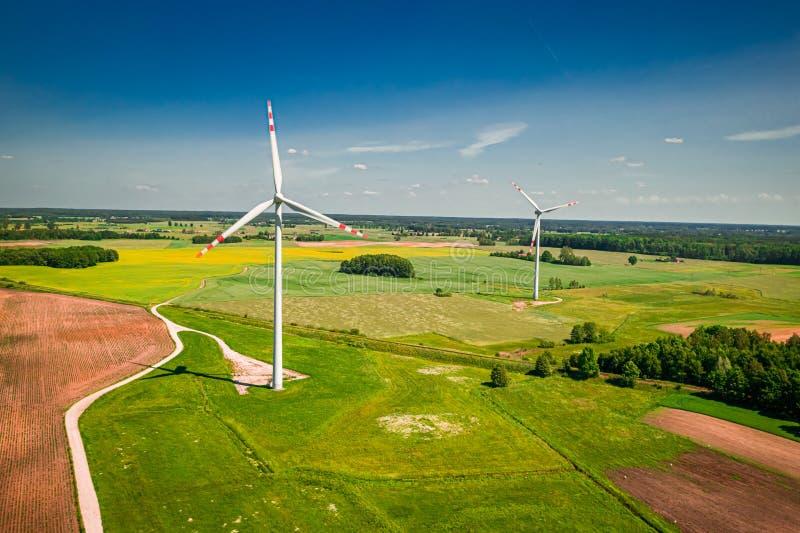Turbines éoliennes sur champ vert en Pologne, en Pologne, d'en haut photos libres de droits
