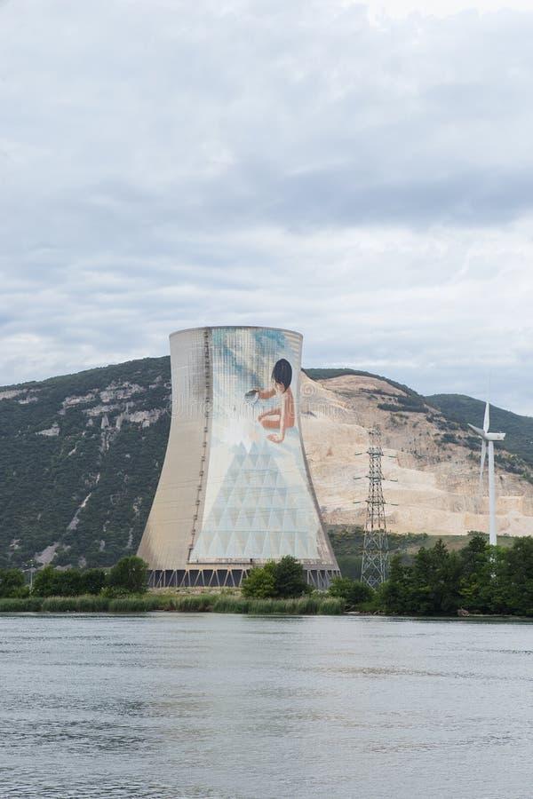 Turbines de cheminée et de vent de centrale nucléaire sur le Rhône image libre de droits