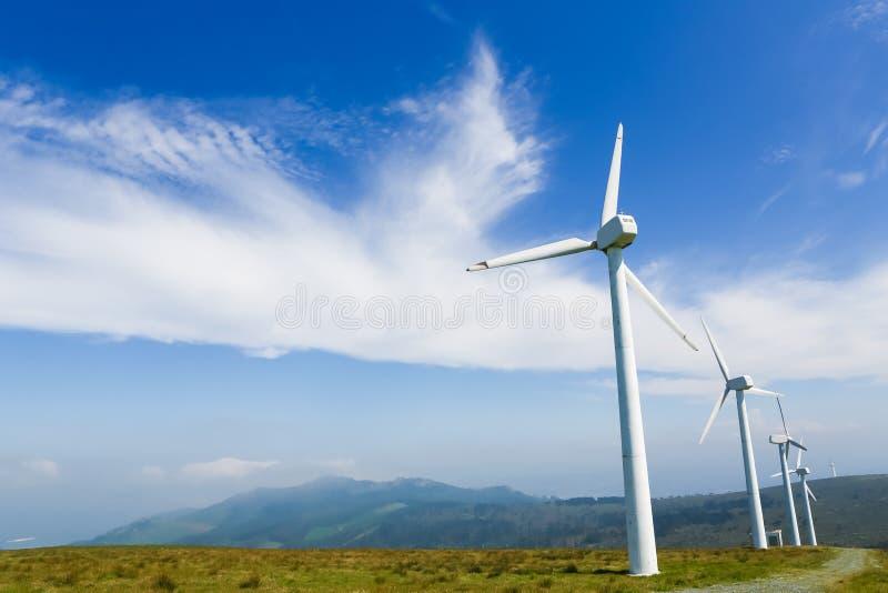 Turbines de vent à une ferme de vent en Galicie, Espagne image stock
