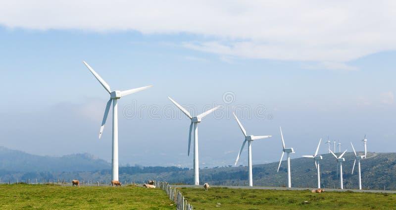 Turbines de vent à une ferme de vent en Galicie, Espagne photos stock
