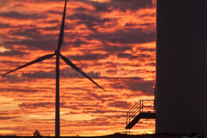 Turbines de vent au coucher du soleil, énergie éolienne photographie stock libre de droits
