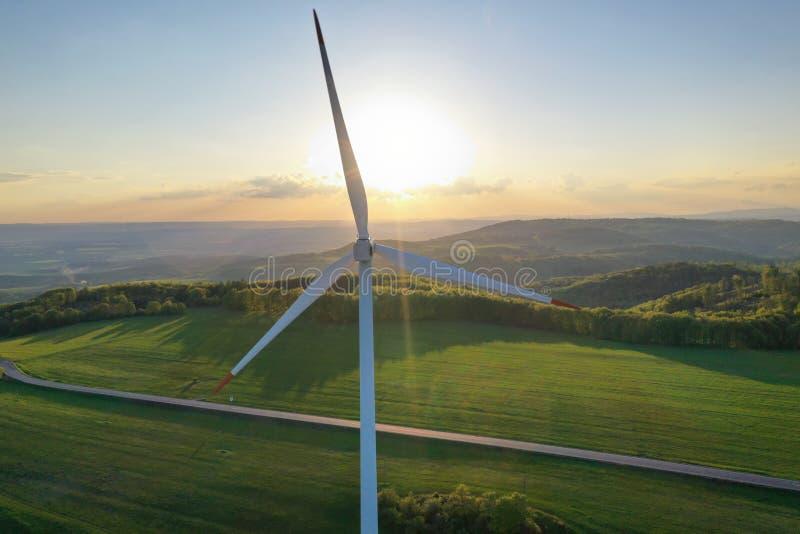 Turbines de vent au coucher du soleil pris du bourdon image libre de droits