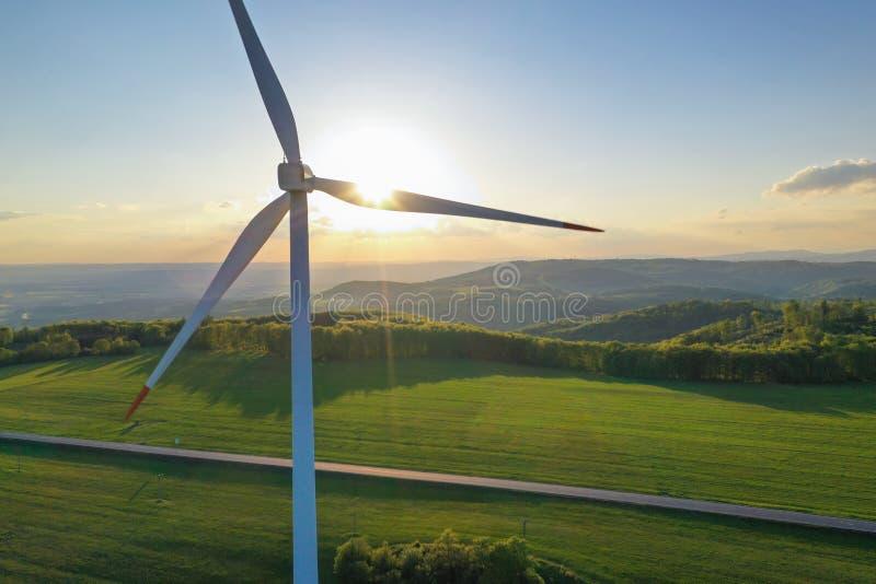 Turbines de vent au coucher du soleil pris du bourdon photographie stock libre de droits