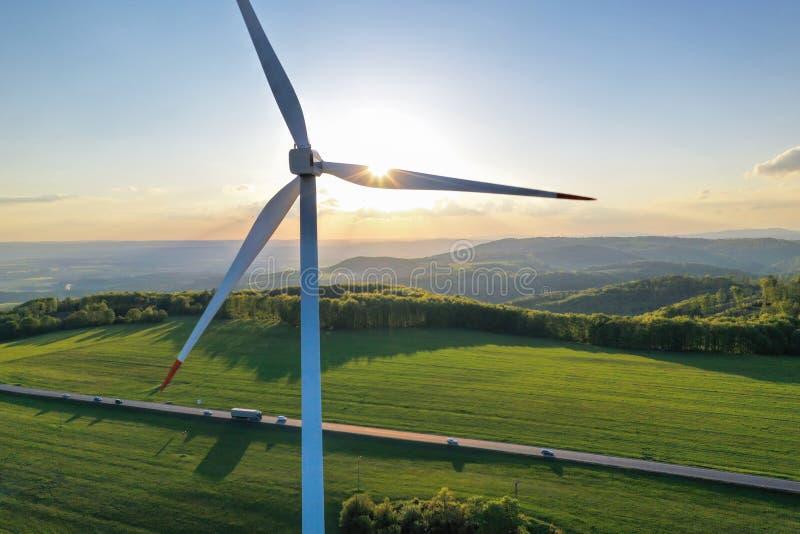Turbines de vent au coucher du soleil pris du bourdon photographie stock