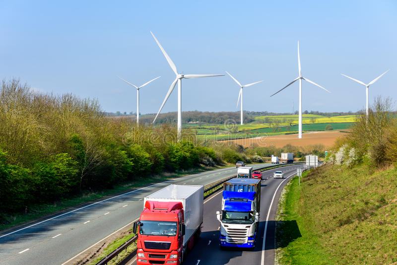 Turbines de vent BRITANNIQUES de route d'autoroute de vue de jour photo libre de droits