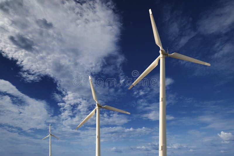 Turbines de vent contre un ciel bleu image stock