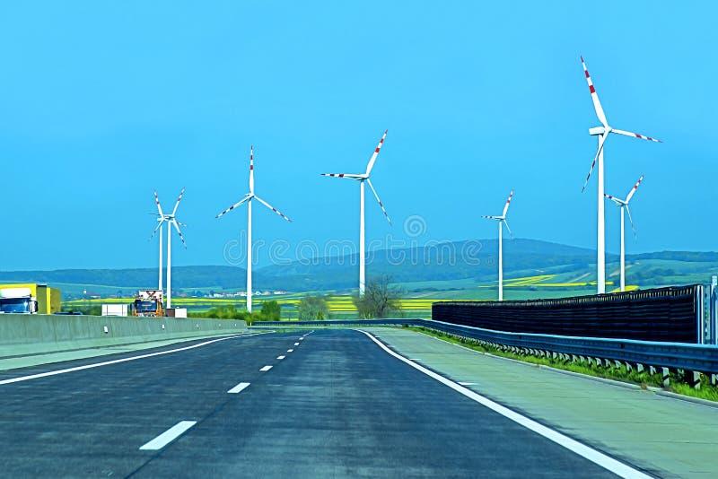 Turbines de vent dans le domaine vert D?veloppement durable, ?nergie renouvelable Moulins ? vent pour la production de courant ?l image stock