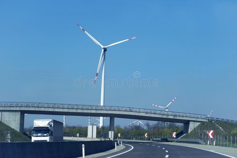 Turbines de vent dans le domaine vert D?veloppement durable, ?nergie renouvelable Moulins ? vent pour la production de courant ?l photographie stock