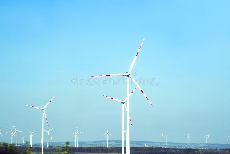 Turbines de vent dans le domaine vert D?veloppement durable, ?nergie renouvelable Moulins ? vent pour la production de courant ?l image libre de droits