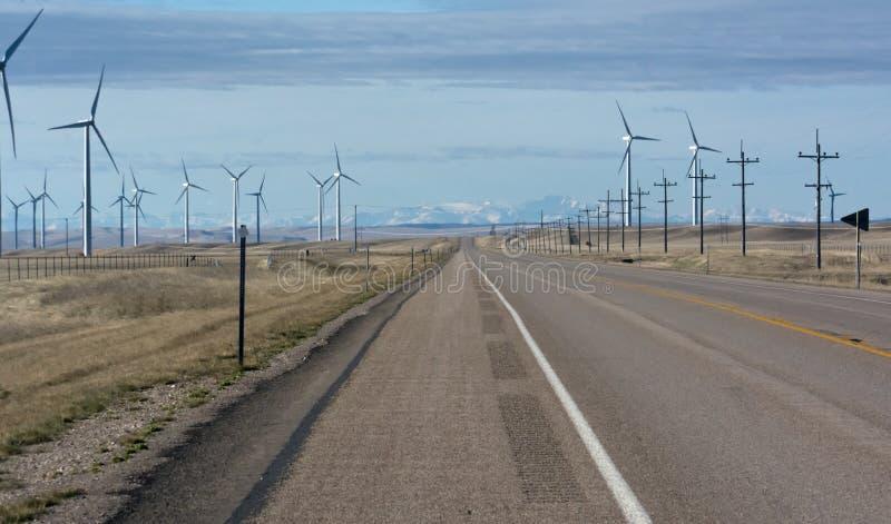 Turbines de vent de rotation fonctionnantes de route photo stock