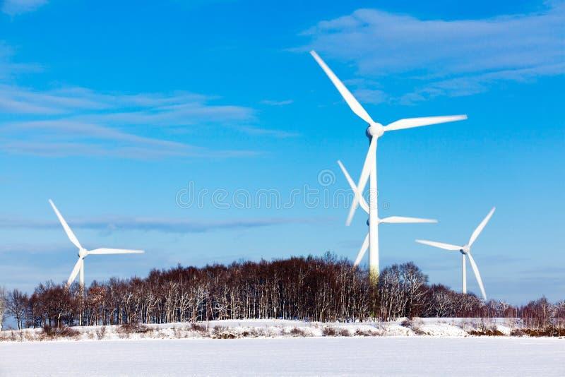Turbines de vent en hiver photographie stock