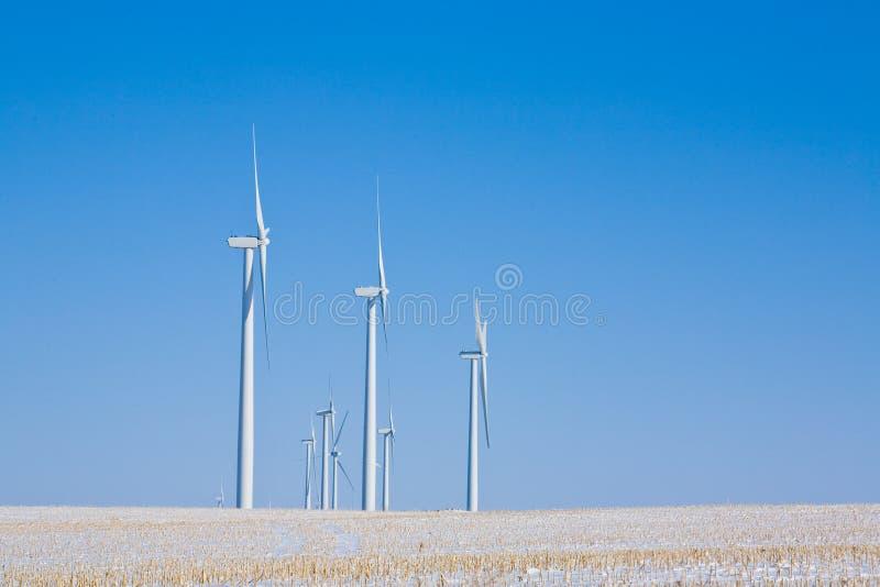 Turbines de vent en hiver photographie stock libre de droits