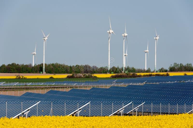 Turbines de vent et centrale photovoltaïque photographie stock libre de droits