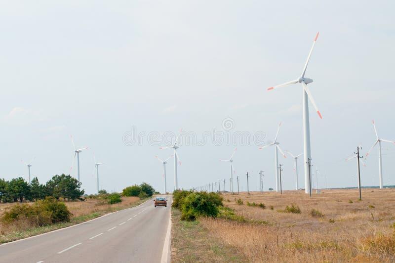Turbines de vent et une route photographie stock
