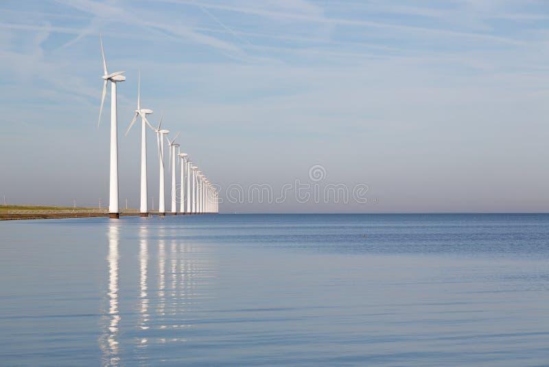 Turbines de vent extraterritorial hollandaises en mer calme image libre de droits