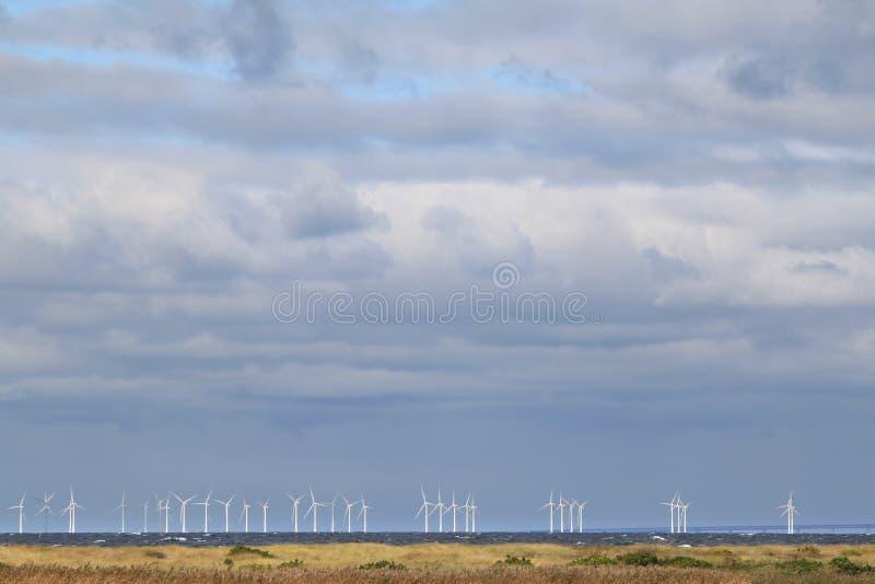 Turbines de vent le long de la côte suédoise photos libres de droits