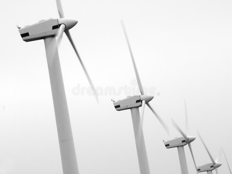 Turbines de vent noires et blanches. photo stock