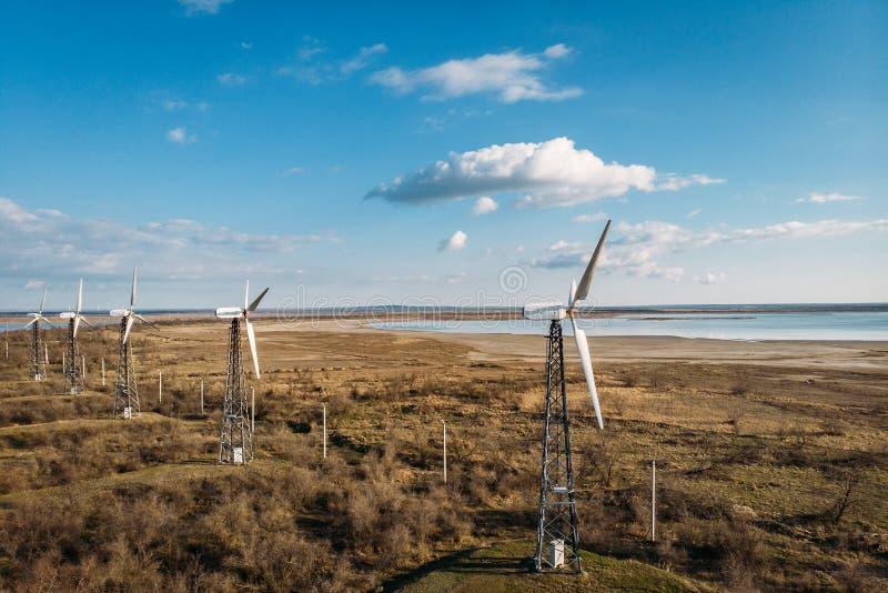 Turbines de vent pour produire de l'électricité renouvelable alternative, innovation de technologie d'eco pour la protection de l image stock