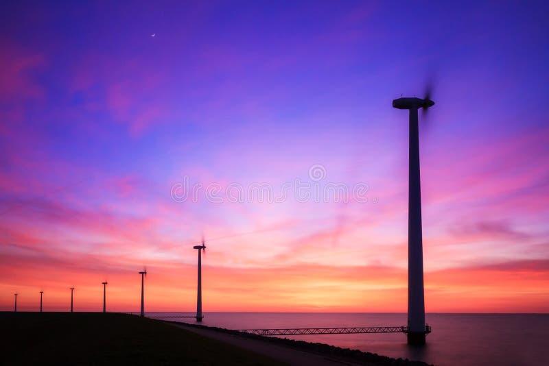 Turbines de vent pourpres de coucher du soleil photos stock