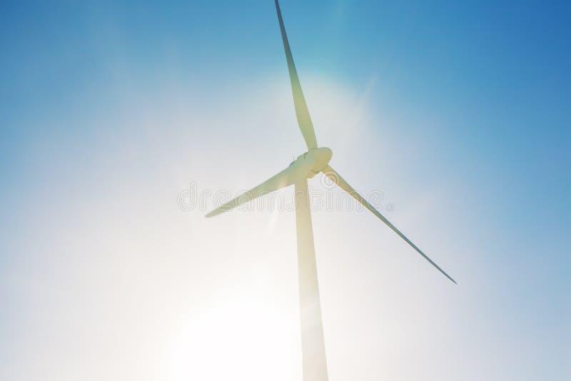 Turbines de vent produisant de l'électricité avec le ciel bleu - concept d'économies d'énergie photos libres de droits