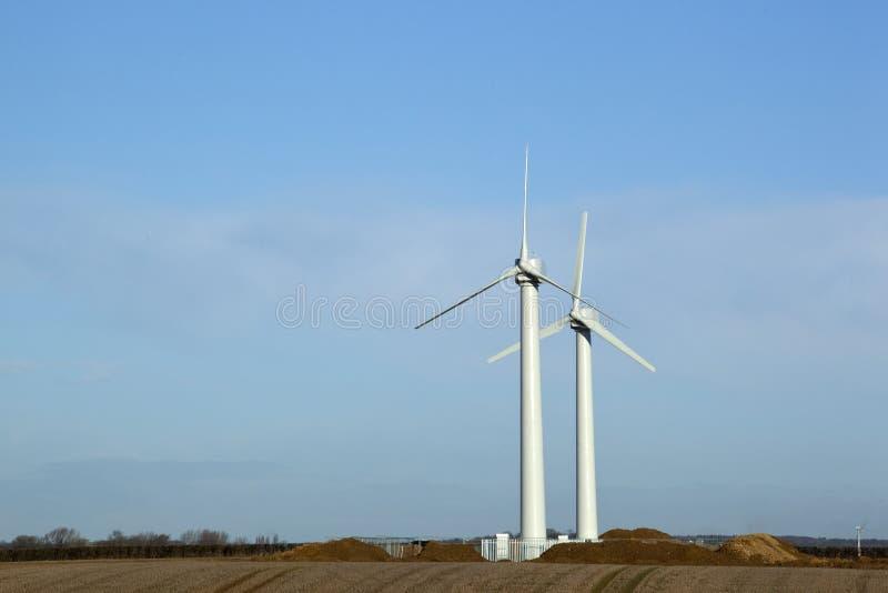 Turbines de vent sur des terres cultivables. photo stock