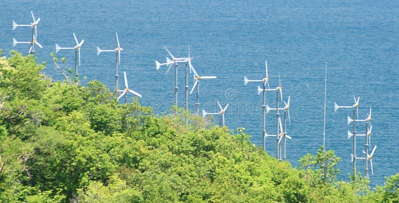 Turbines de vent sur le ciel bleu sur Koh Larn, ville de Pattaya en Thaïlande photographie stock