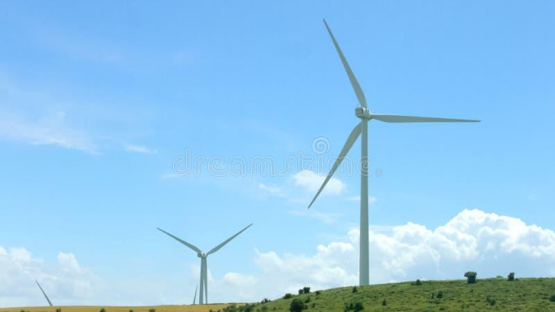Turbines de vent sur le fond étonnant de ciel bleu, innovation d'énergie de substitution  image libre de droits