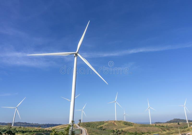 Turbines de vent, zone jaune G?n?rateurs d'?nergie ?olienne L'énergie de substitution, réduisent le réchauffement global Réduisez photo libre de droits
