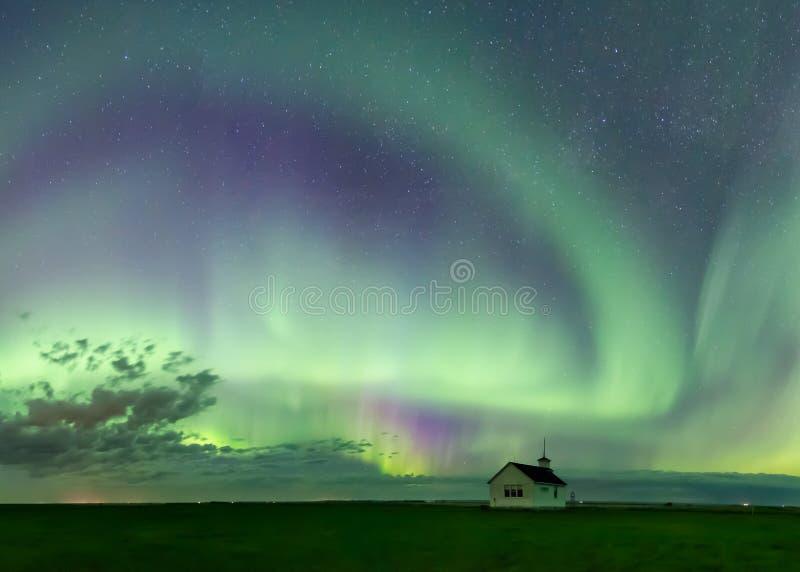 Turbinio di Aurora Borealis Northern Lights sopra la scuola storica vicino a Kyle, Saskatchewan, Canada immagini stock libere da diritti
