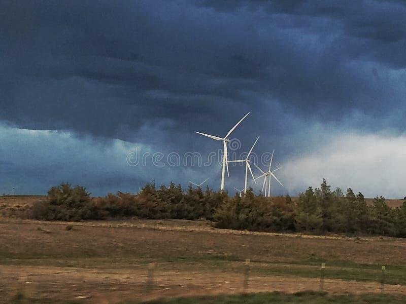 Turbiny przeciw grzmot burzy fotografia stock
