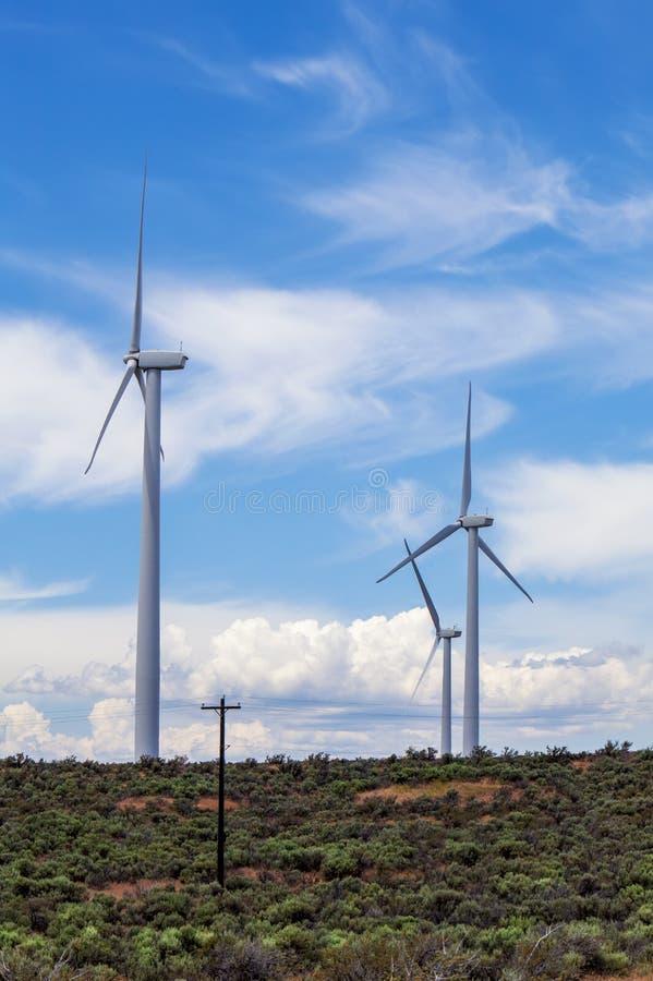 Turbiny wiatrowe Niebo z chmurami zdjęcia stock