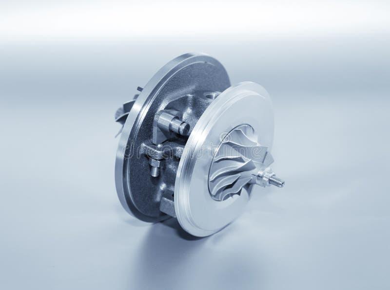 Turbo på metallisk bakgrund Bilturbin - del av engin arkivbild
