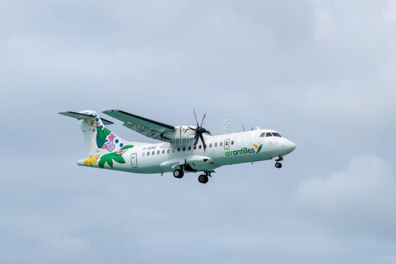 Turbo-prop των Αντιλλών αέρα μέσα δίδυμα περιφερειακά αεροσκάφη ATR 42-500 στοκ εικόνες