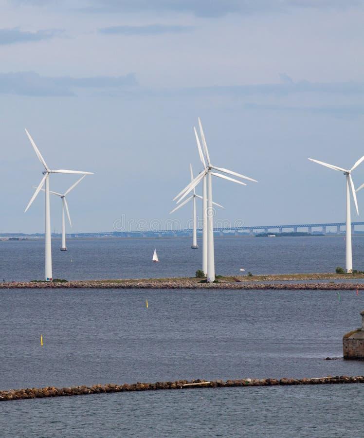 Turbogeneradores y puente verticales del viento imagen de archivo libre de regalías