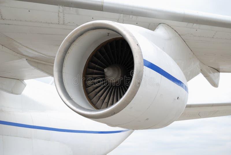 Turbojet onder de vleugel van een vliegtuig stock foto's