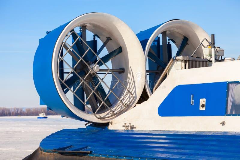 Turboladdare-stötta motor av en sjö- svävfarkost på isen royaltyfri bild