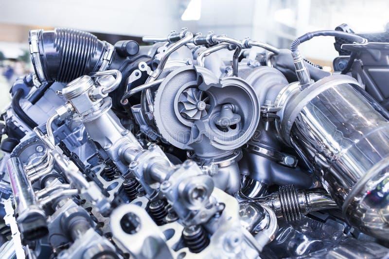 Turboladdarebilmotor som visar den inre delar och turbinen arkivfoto
