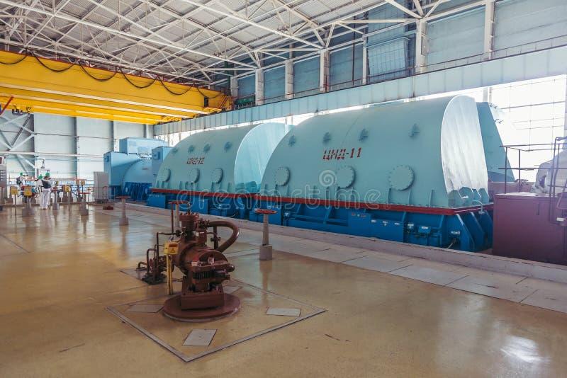 Turboladdaregenerator med väten som kyler på maskinerirummet av kärnkraftverket arkivbilder
