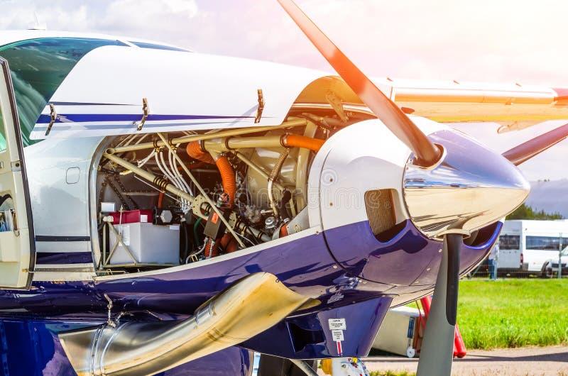 Turboprop-Triebwerk Flugzeugflugzeuge ein Propellerchromglanz mit offener Mützenreparatur, Maschinenkontrolle lizenzfreie stockbilder