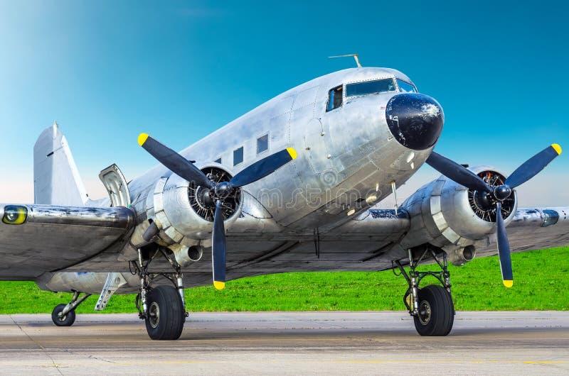 Turboprop-Triebwerk Weinleseflugzeug parkte am Flughafen, glänzendes Metallrumpfflugzeug lizenzfreie stockfotografie
